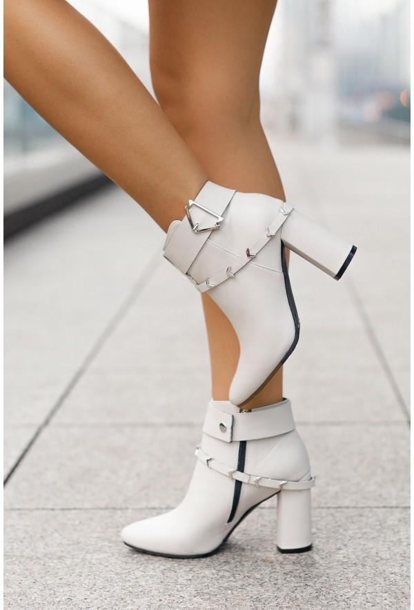 Białe botki Clare
