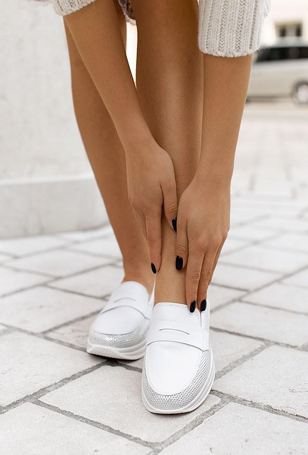 Białe mokasyny Delia d'argento