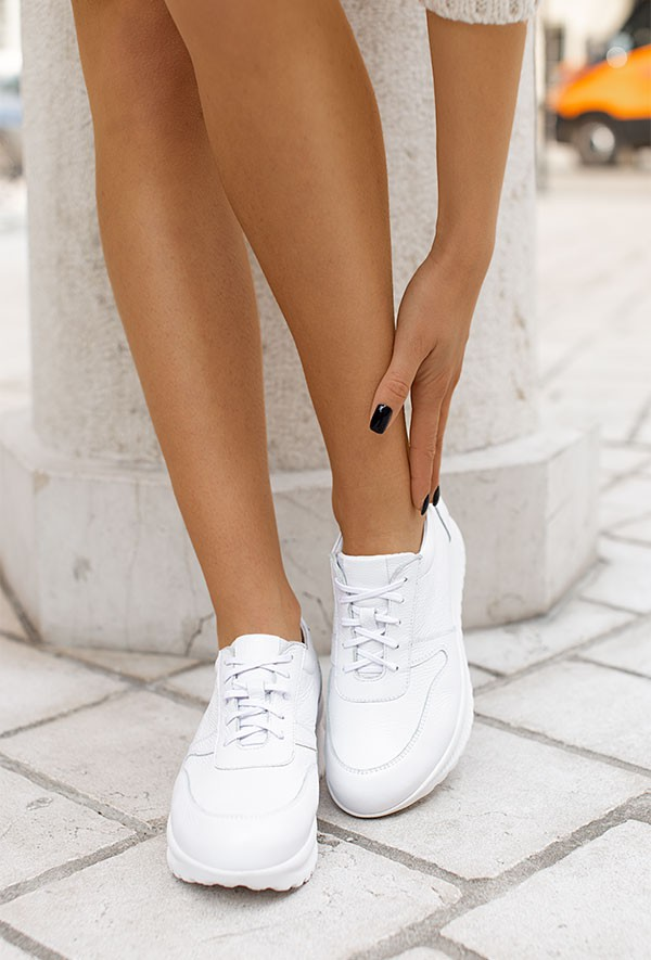 Białe sneakersy Merti