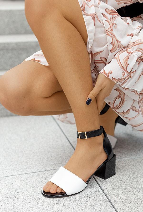 Czarno-białe sandały na słupku Shaunie