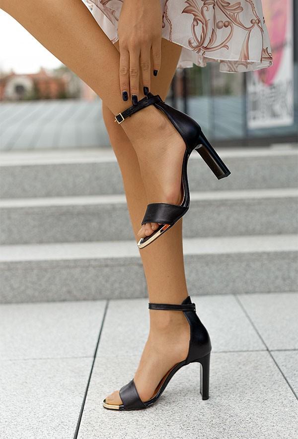 Czarne sandały na słupku Desiree