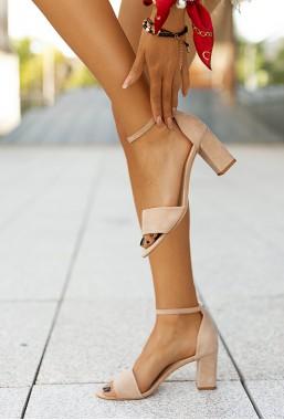 Beżowe sandały na słupku Mayca