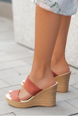 Sandały na koturnie Aneurin malina