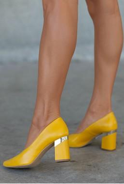 Żółte czółenka na słupku Ademi