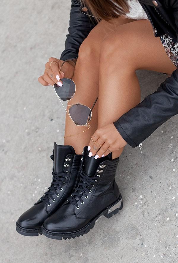 Czarne sznurowane botki Awela